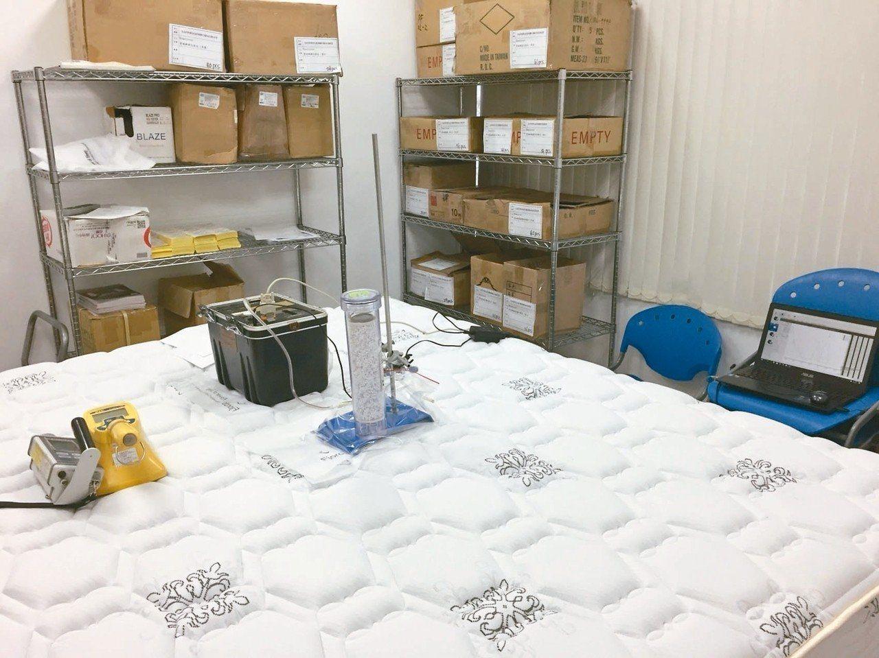 原能會針對全台寢具業者進行調查,發現部分負離子床墊輻射超標。 圖/原能會提供