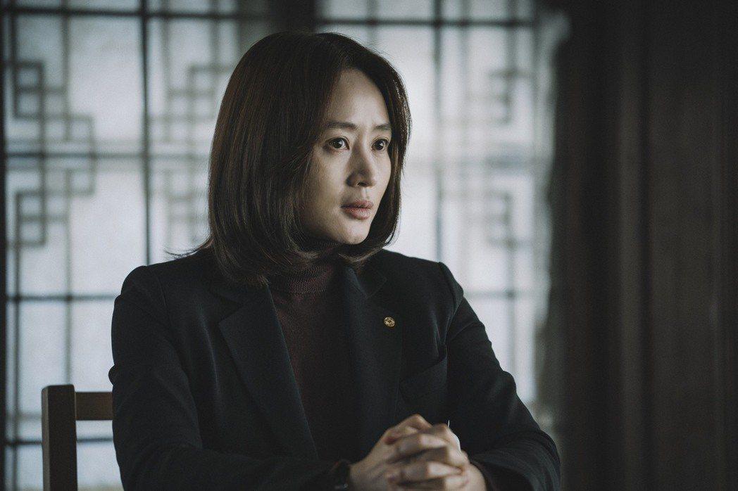 金憓秀飾演韓國銀行貨幣政策經理。圖/華映提供