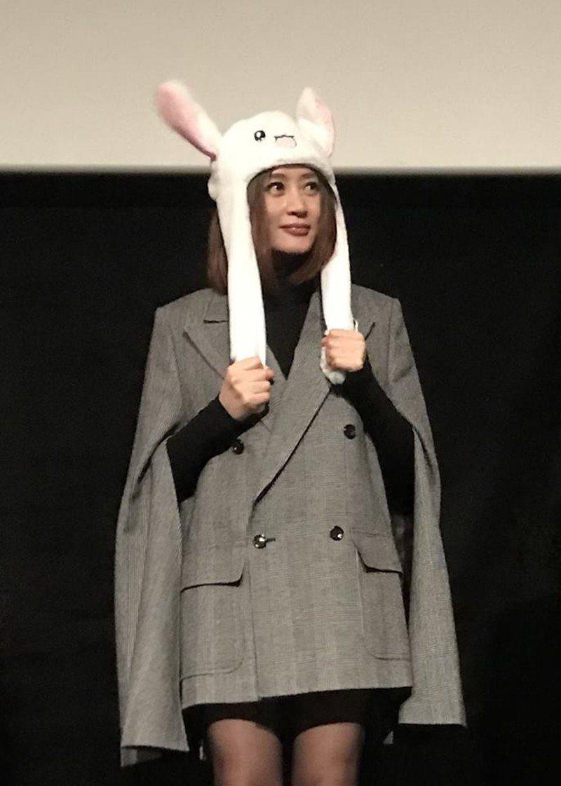 金憓秀戴上兔耳朵出現在戲院。圖/華映提供