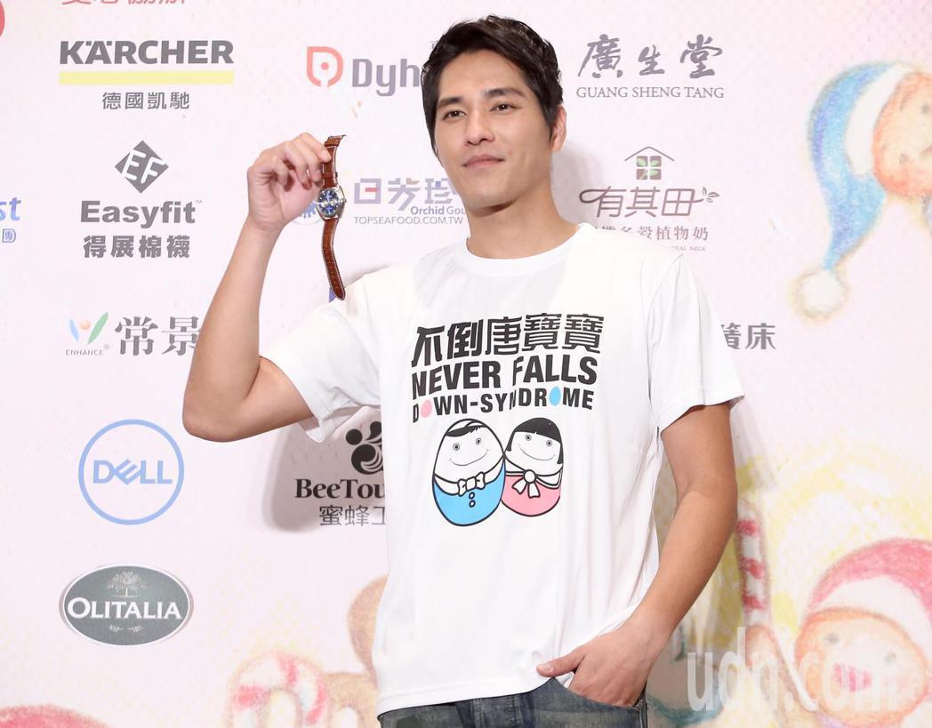 藍正龍今天出席中廣「擁抱希望傳出愛」空中義賣活動,在記者會上捐出手表作為義賣物品...