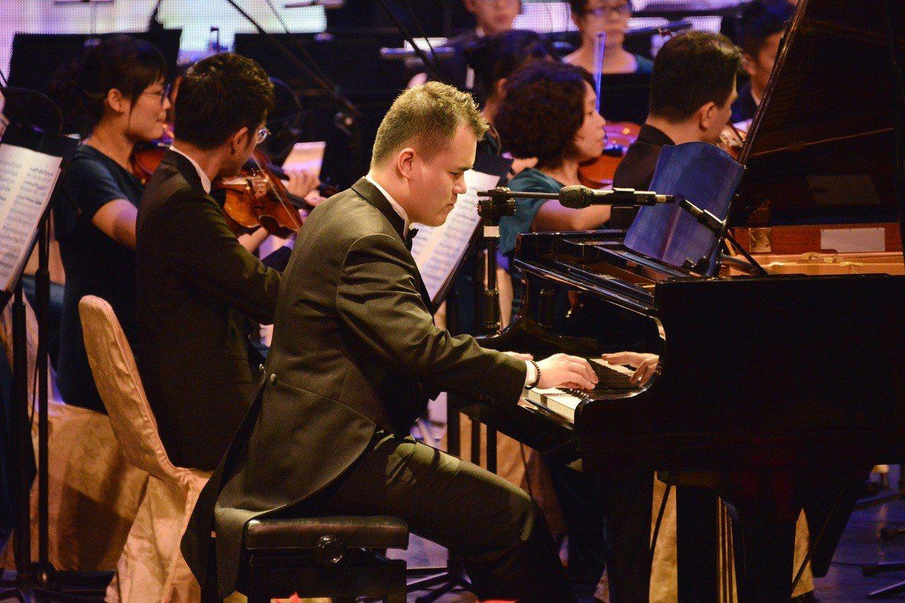 第一銀行文教基金會「金曲交響之夜 冬之頌」音樂會邀請視障鋼琴家許哲誠、知名歌手萬...