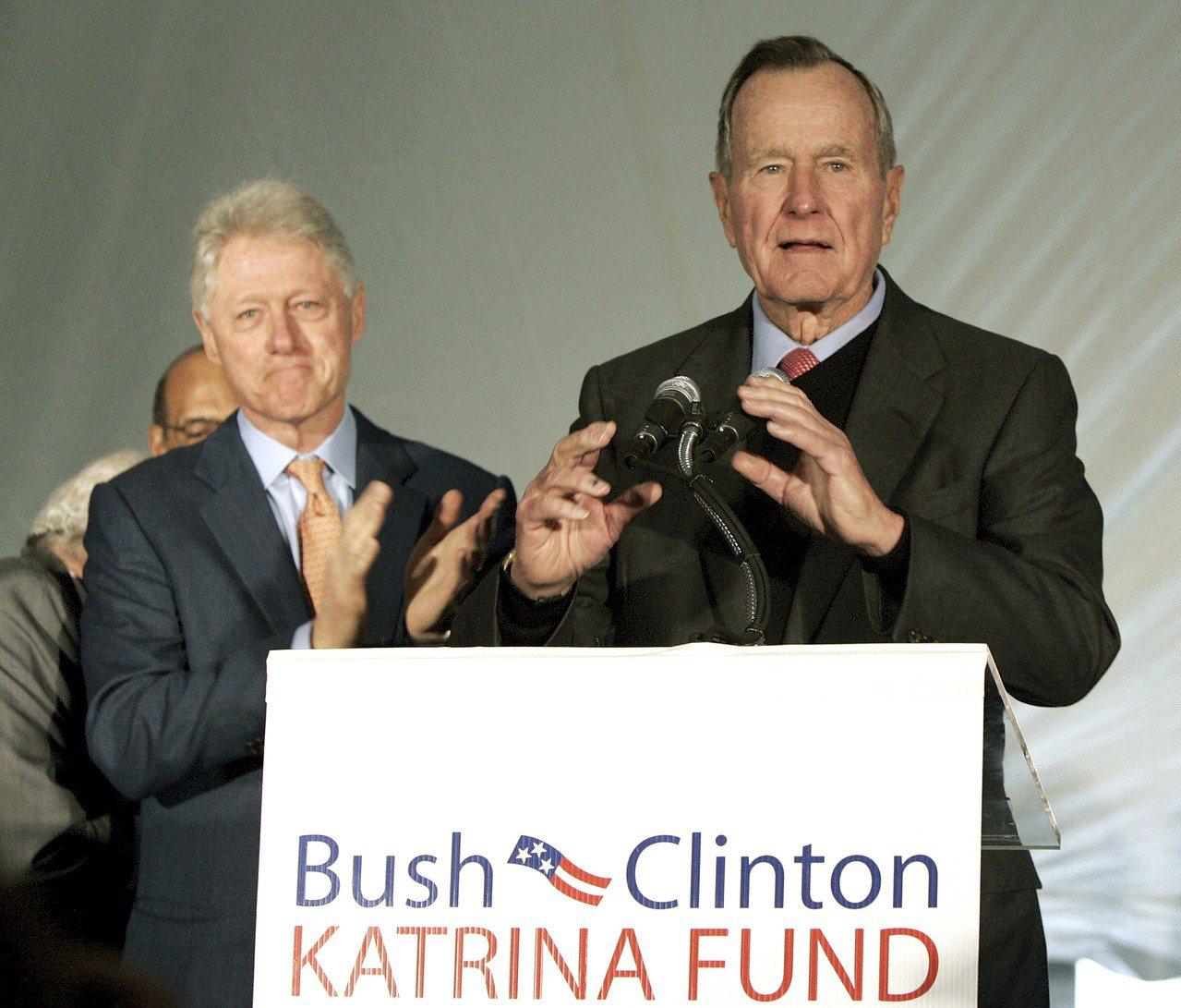 即使選戰時互為對立政黨,在卸任後也能化敵為友,老布希與柯林頓兩位前總統為美國現代...