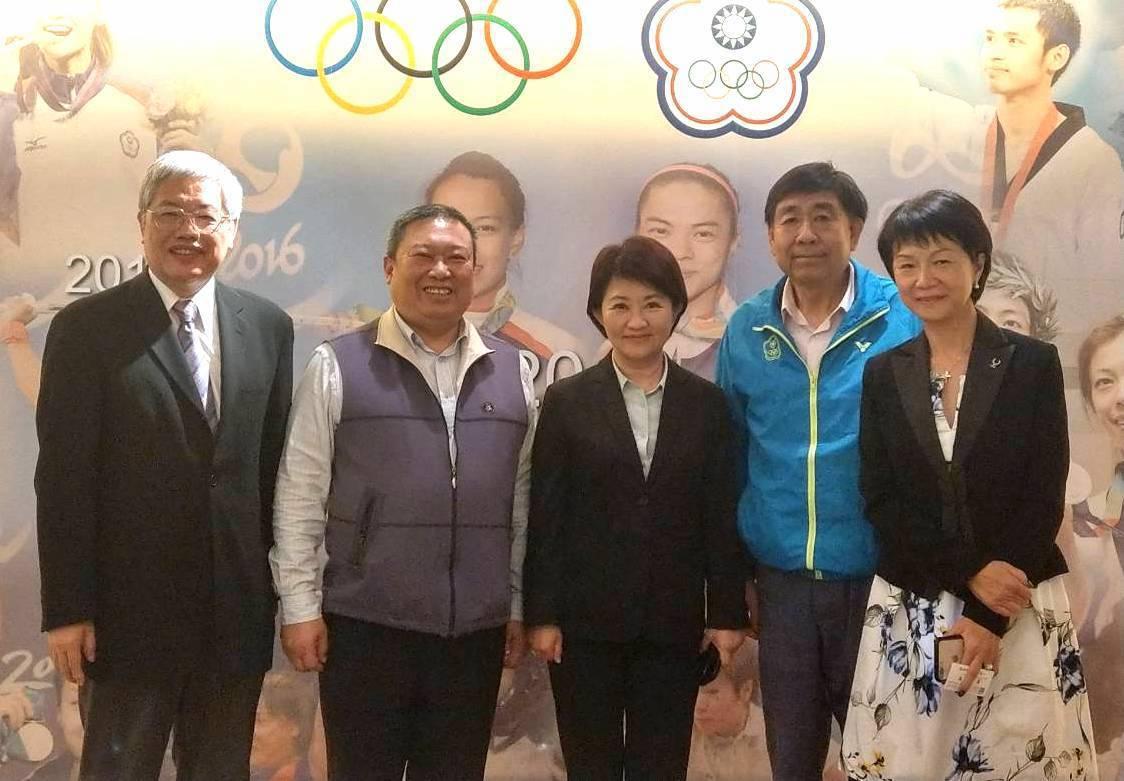 台中市長當選人盧秀燕(中)今與中華奧會主席林鴻道(左二)、副主席蔡賜爵(右二)、...
