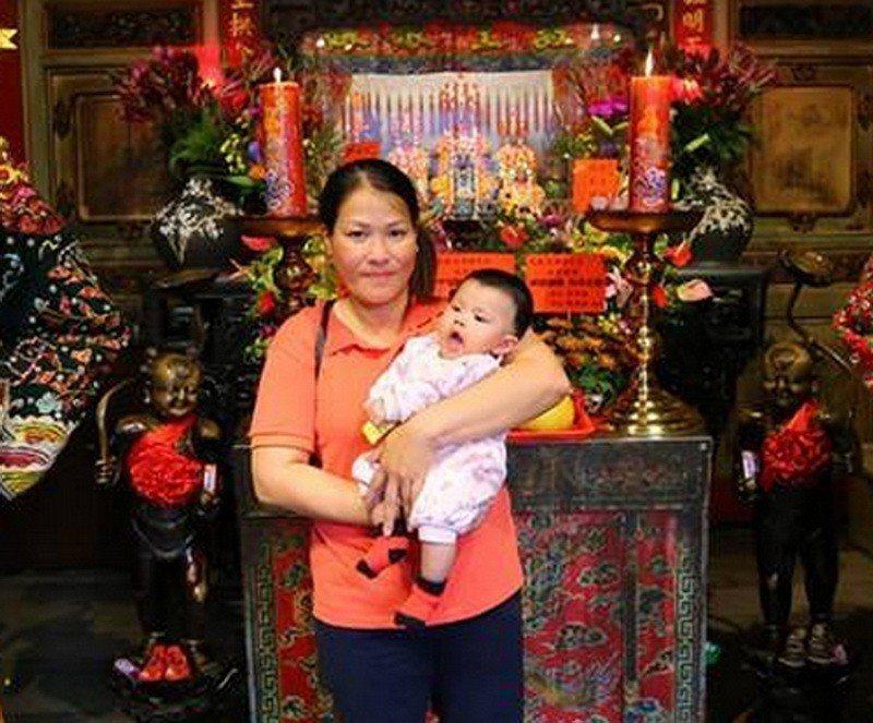 一名已生了兩個男孩的越南籍母親,向神明求女得女,特也到廟謝神。記者蔡維斌/翻攝