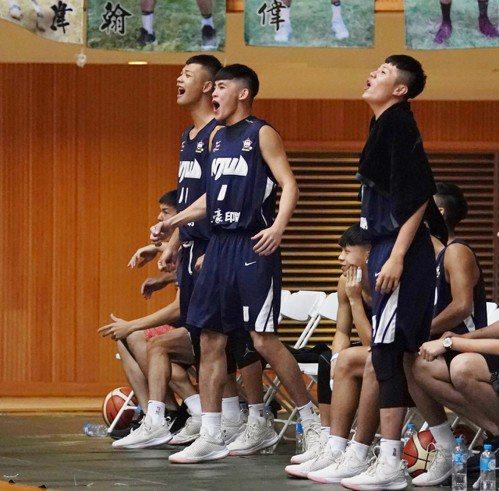 台藝大頻頻上演灌籃秀,板凳區興奮慶祝。圖/大專體育總會提供