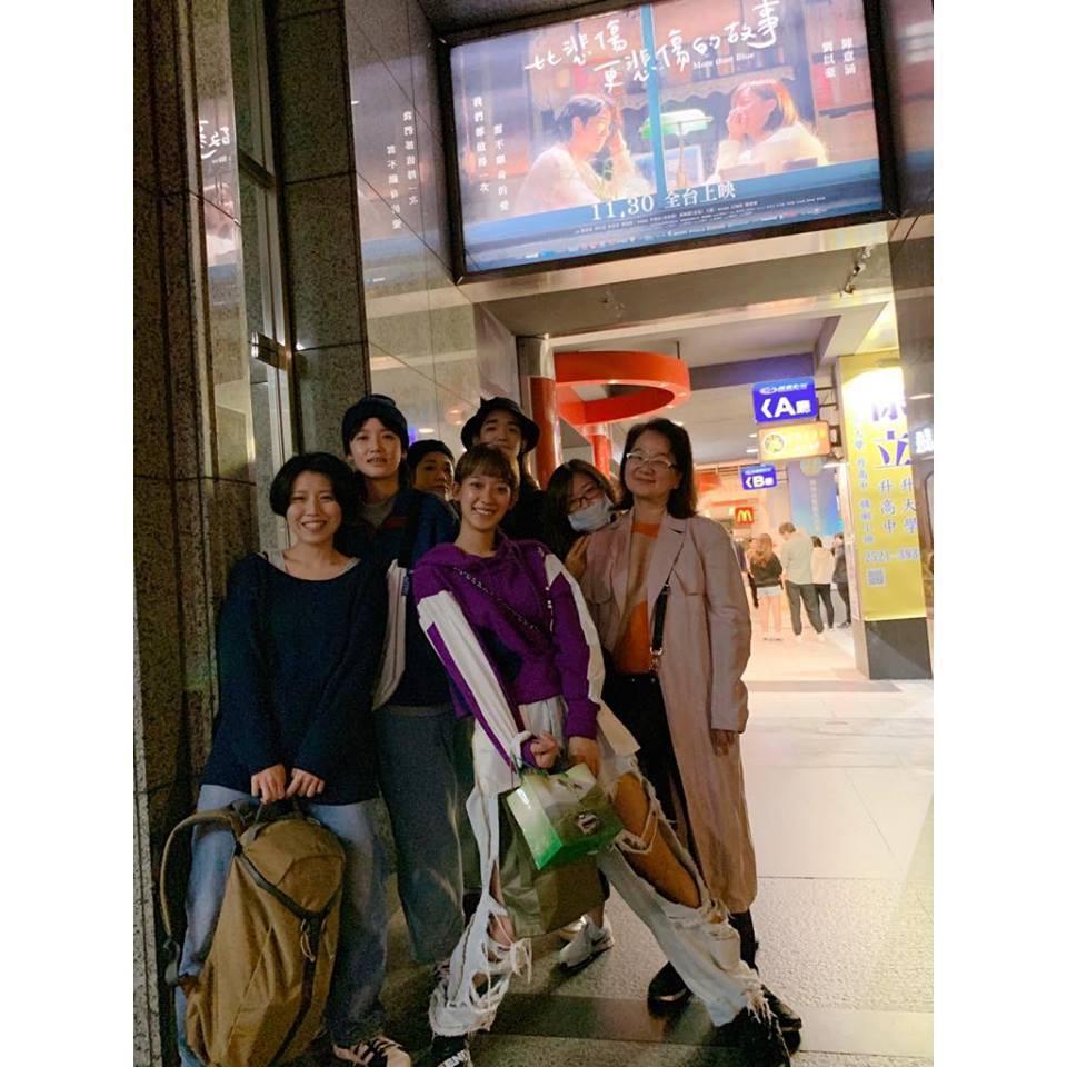 孟耿如帶親朋好友一起到戲院支持「比悲傷更悲傷的故事」。圖/摘自孟耿如臉書