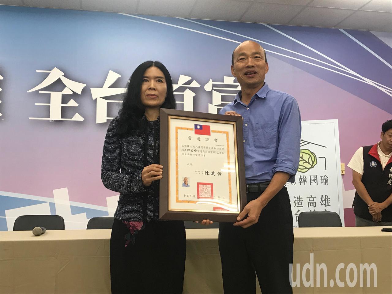 韓國瑜(右)接證書露出笑容。記者林伯驊/攝影