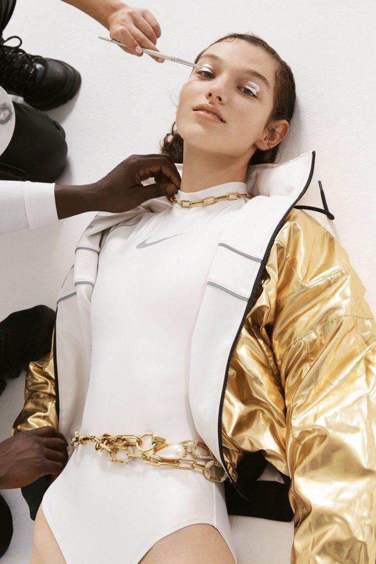 這是一件以Nike Dri-FIT製成的緊身衣,Yoon Ahn表示「對於多層次...