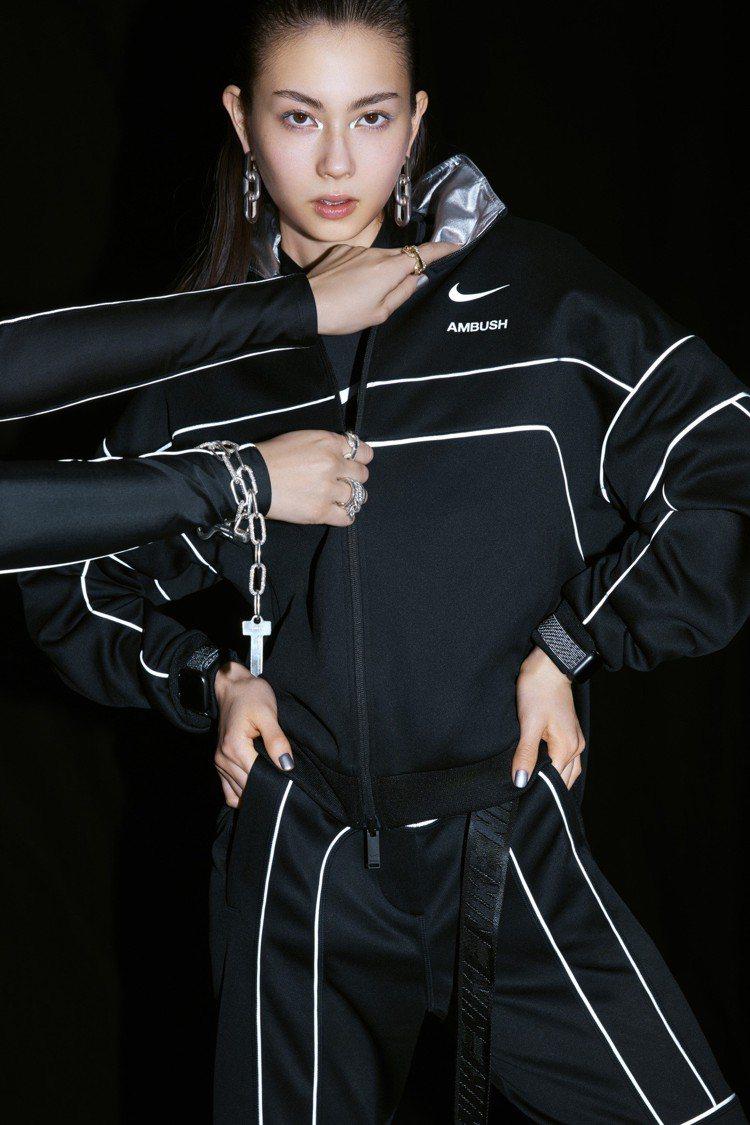 Nike與AMBUSH®聯名系列備有類似賽車服的高腰舒適,且流線型設計讓你更容易...