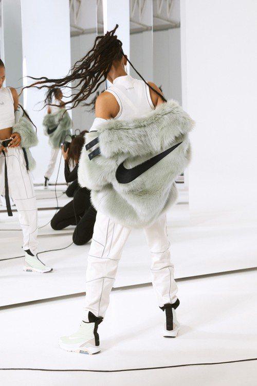 Nike與AMBUSH®聯名系列,以人造皮草材質的運動夾克打造奢華質感。圖/Ni...