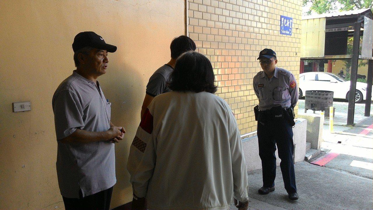 林姓被害人家屬(中)今天下午傷心認屍,要求檢警查明凶嫌殺人動機。記者黃宣翰/攝影