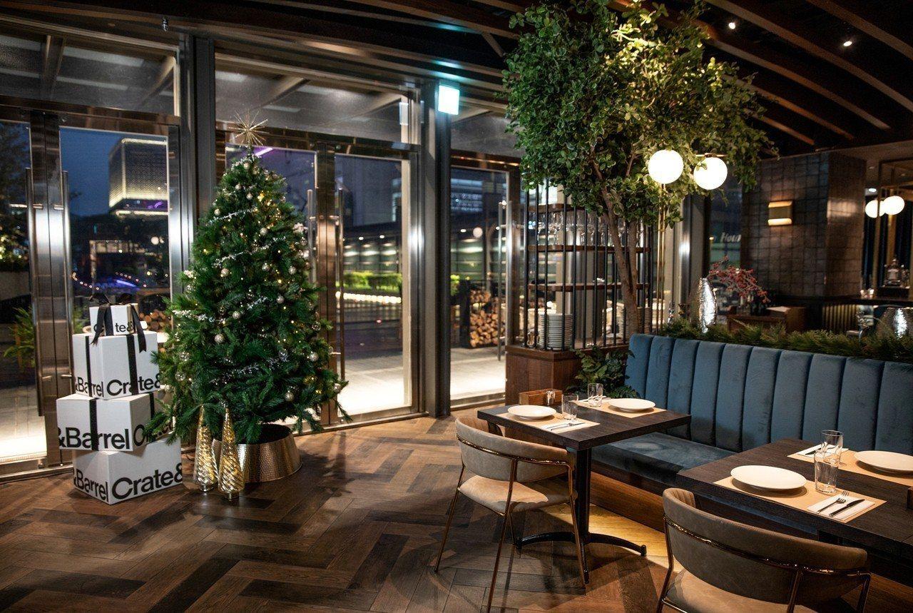 耶誕樹坐落於連結戶外露台的落地窗旁,樹上的裝飾設計採用金屬色調呈現都會俐落風格。...