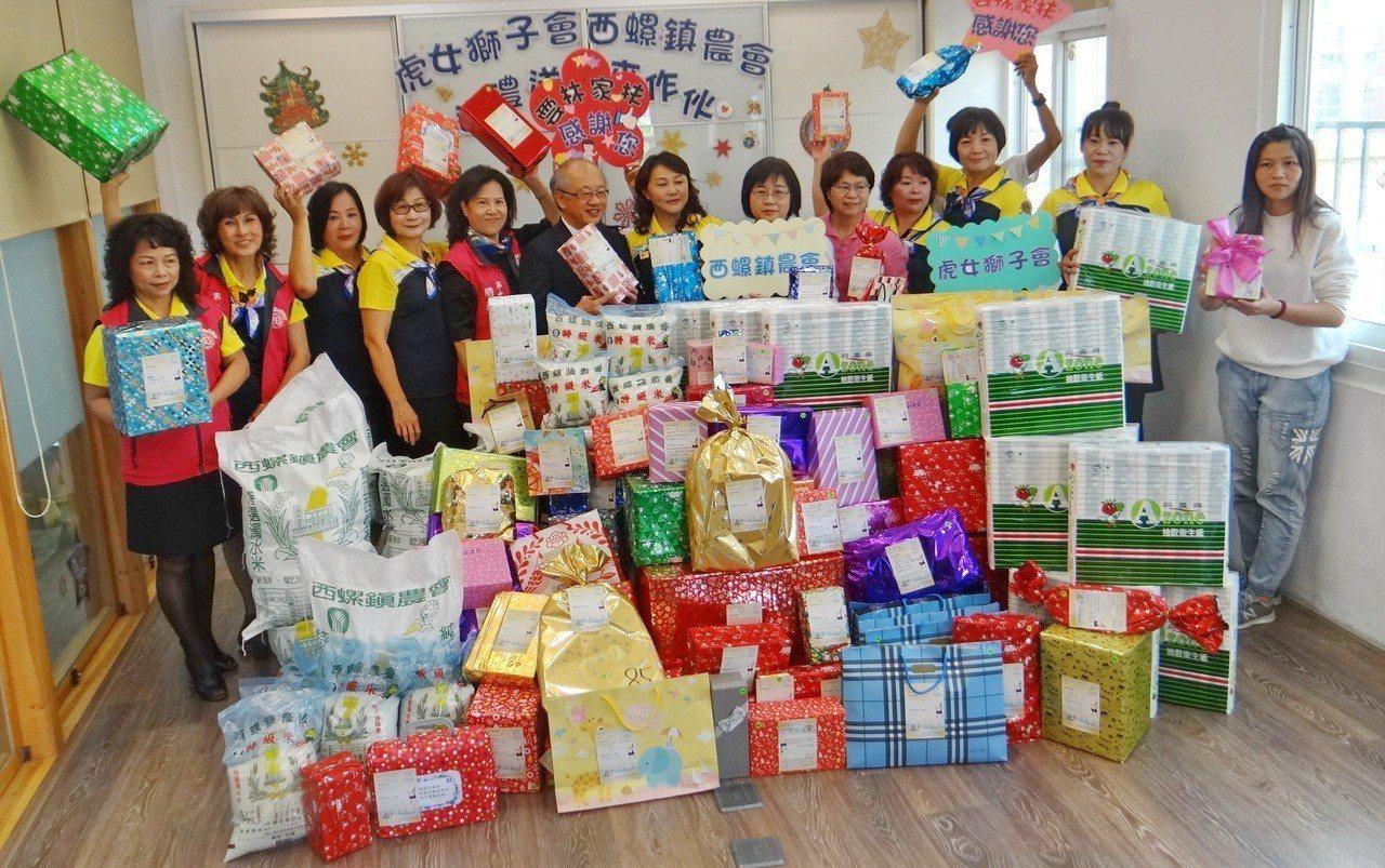 歲末年初,虎尾女獅子會和西螺農會捐贈大批物資和聖誕禮物給雲林家扶中心,期讓受扶家...