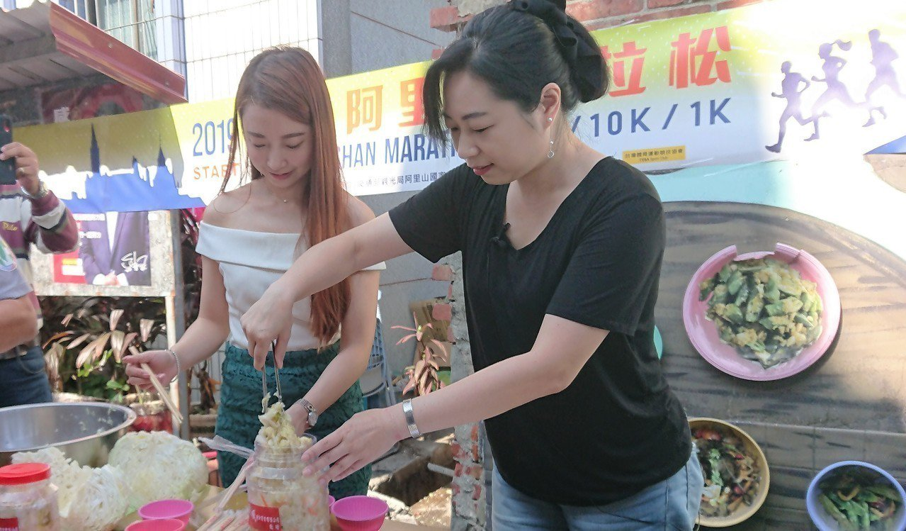 準縣長翁章梁夫人劉莉英(右起)與贊助商經理李萱一起製作泡菜。記者卜敏正/攝影