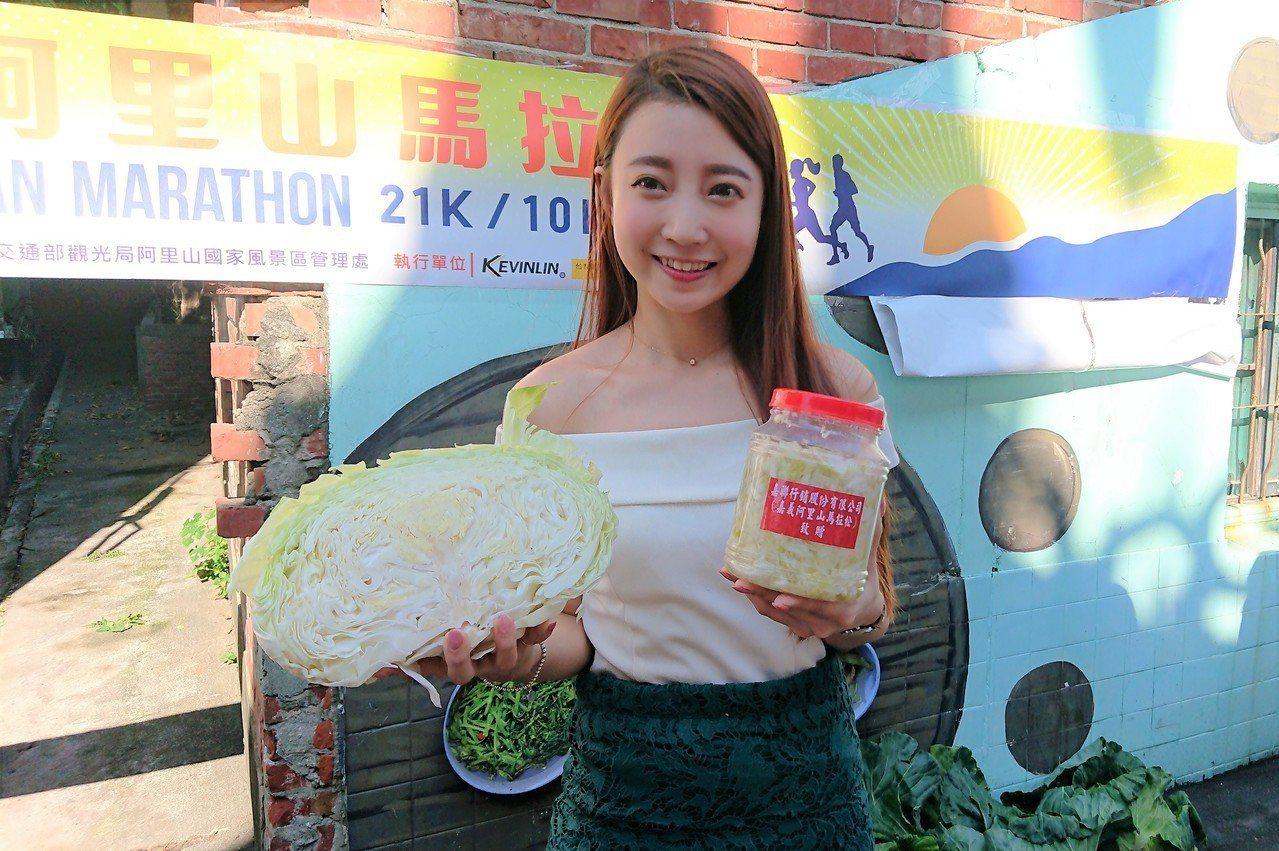 贊助商經理李萱穿著露肩裝製作泡菜,意外成為眾人焦點。記者卜敏正/攝影