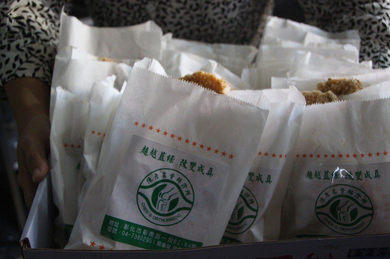 雞排紙袋印有「超越藍綠 改變成真」貼紙。記者林敬家/攝影