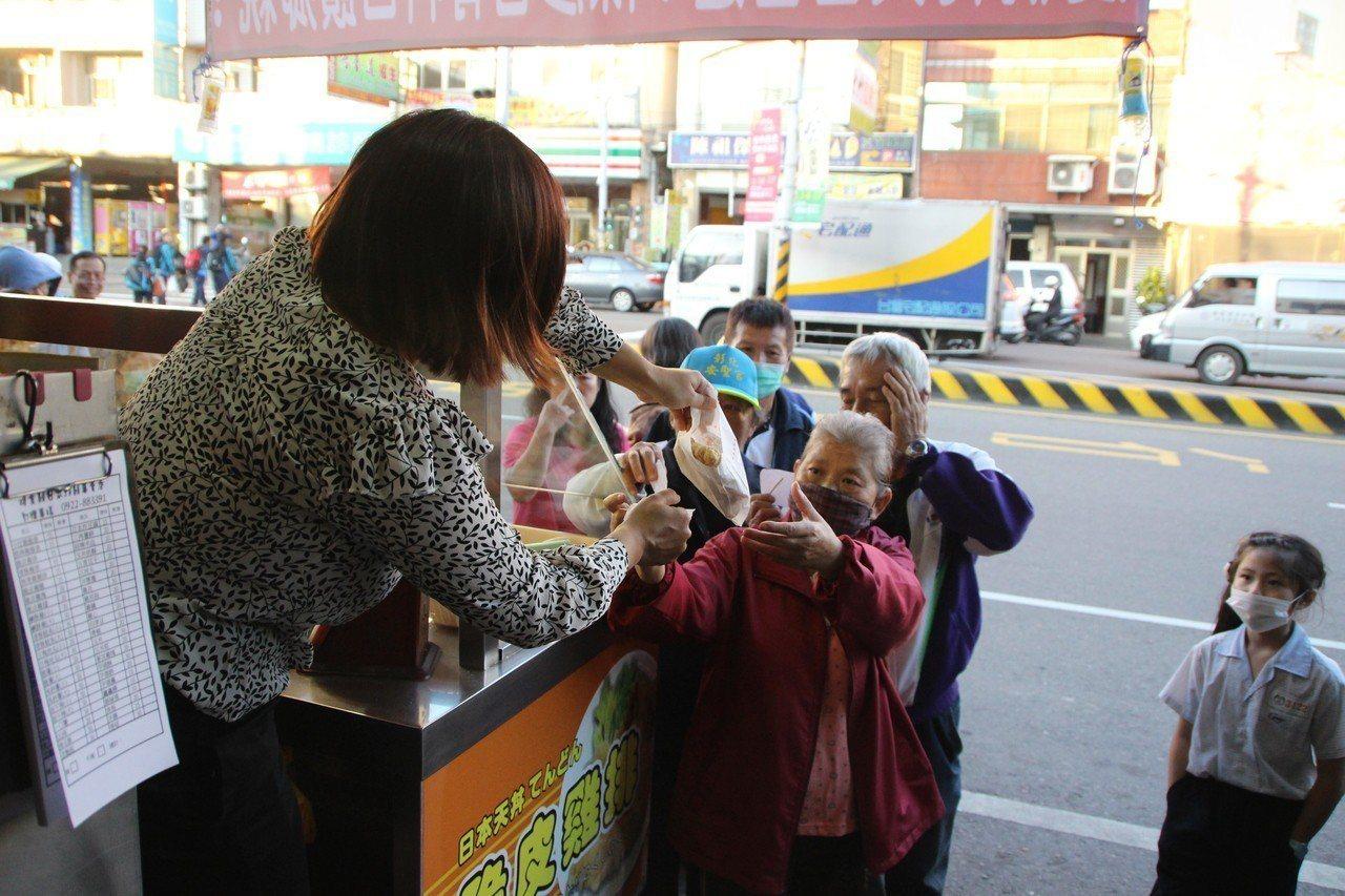 民眾領到免費雞排相當開心。記者林敬家/攝影