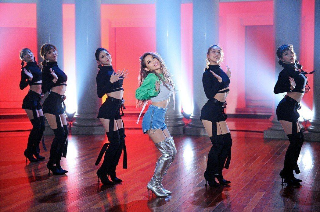 愷樂(右三)在MV中有許多性感舞步。圖/環球提供
