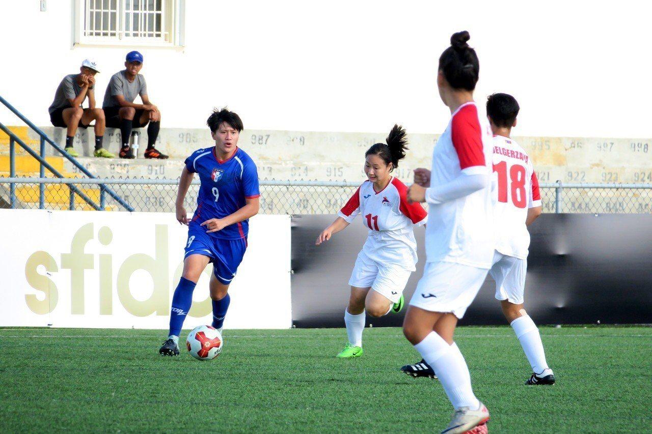 中華隊李綉琴(藍衣)個人獨進四球。圖/中華足球協會提供