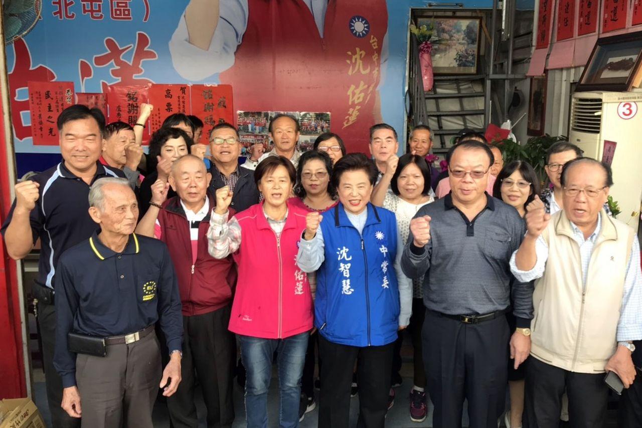 台中市基層工會幹部力挺沈智慧(前排右三)爭取立委補選提名。圖/沈智慧提供