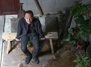 52歲陳以文出道20逾年,常在各大影展看見他的身影,今年光是國片就參演4部,片量不少;事實上,他過去曾因年輕氣盛、自信過了頭導致有一段時間沒戲演,對於此狀況,他當時解讀成,「就算邀約減少也覺得是台灣...