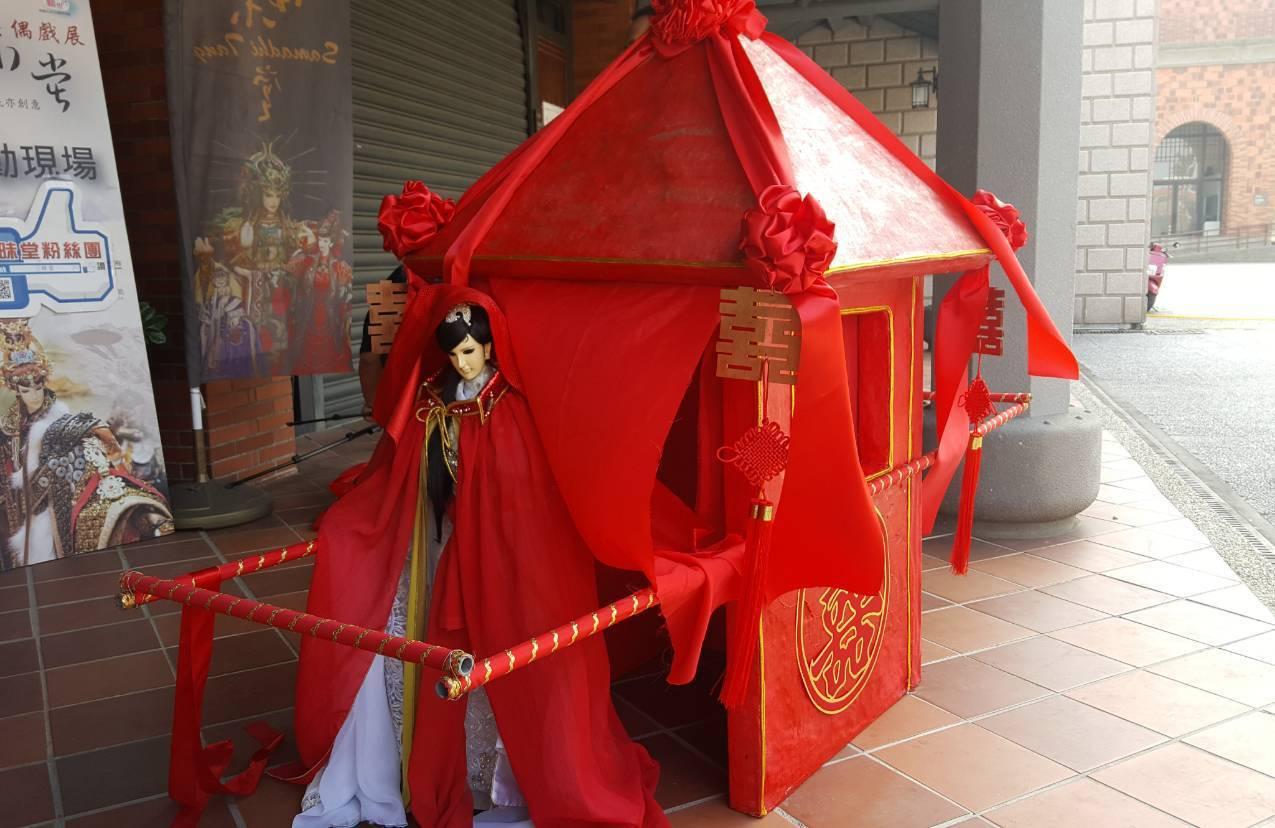 雲龍閣掌中劇團王進貴協助打造的大型戲偶版迎親花轎。圖/三昧堂提供