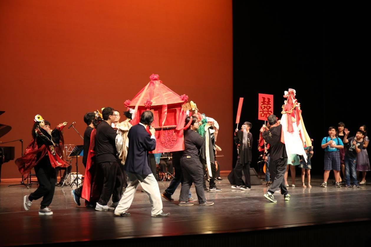 兒童布袋戲音樂劇以簡上仁的台灣歌謠,結合三昧堂布袋戲團隊一起演出。圖/三昧堂提供