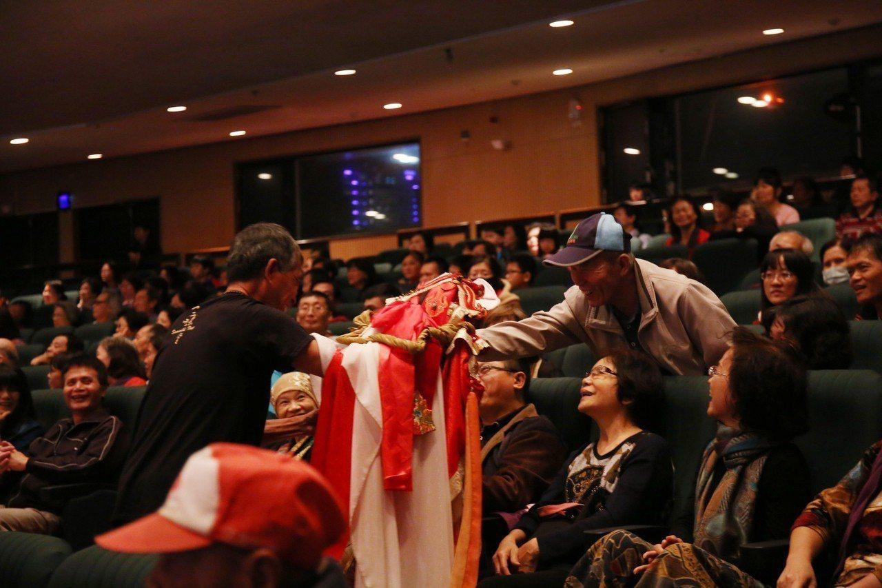 音樂會中加入三昧堂擅長的下台與民眾互動,逗得觀眾們樂不可支。圖/三昧堂提供