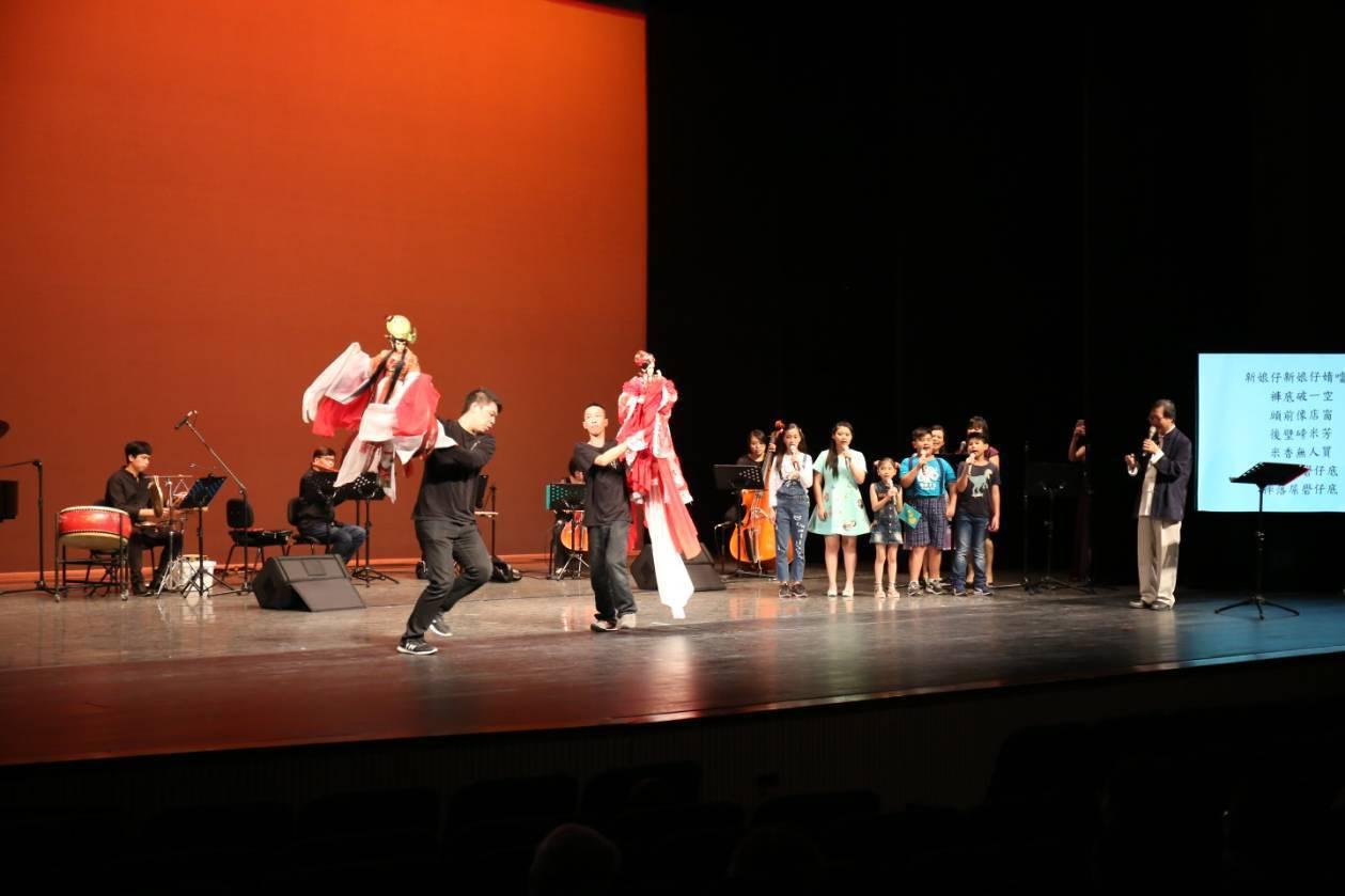 兒童布袋戲音樂劇「鯽仔魚欲娶某」讓觀眾覺得耳目一新,既溫馨又逗趣。圖/三昧堂提供