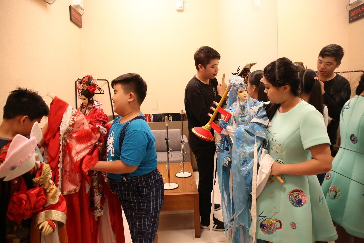 參與演出小朋友好奇操作布袋戲偶。圖/三昧堂提供