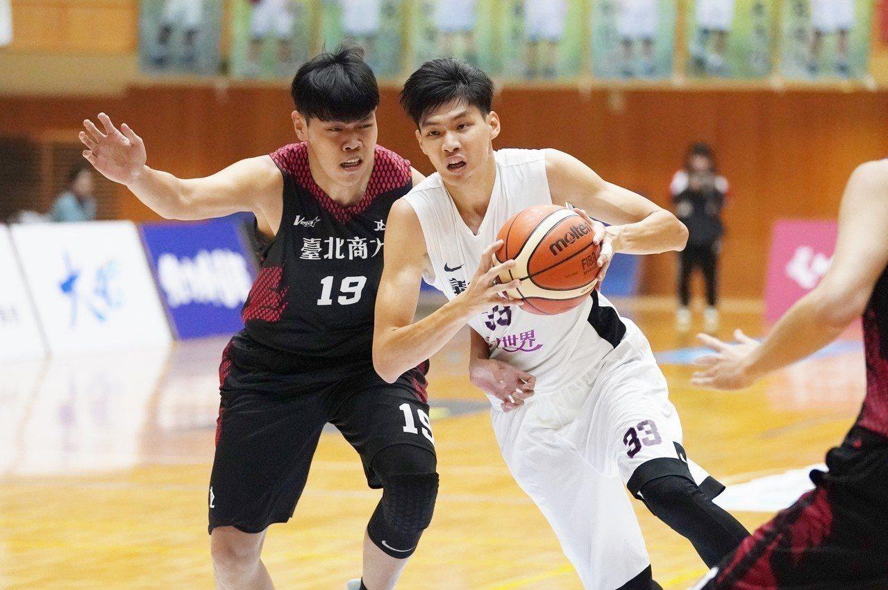 義守廖浩羽(左二)攻下11分,在隊上僅次於徐鉦順的19分。圖/大專體育總會提供