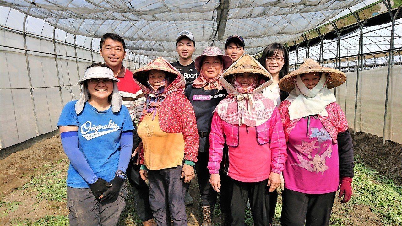 日籍青農筒井聖紀(後排左二)來台交流,與嘉義太保葉班長有機農場員工相處融洽。記者...