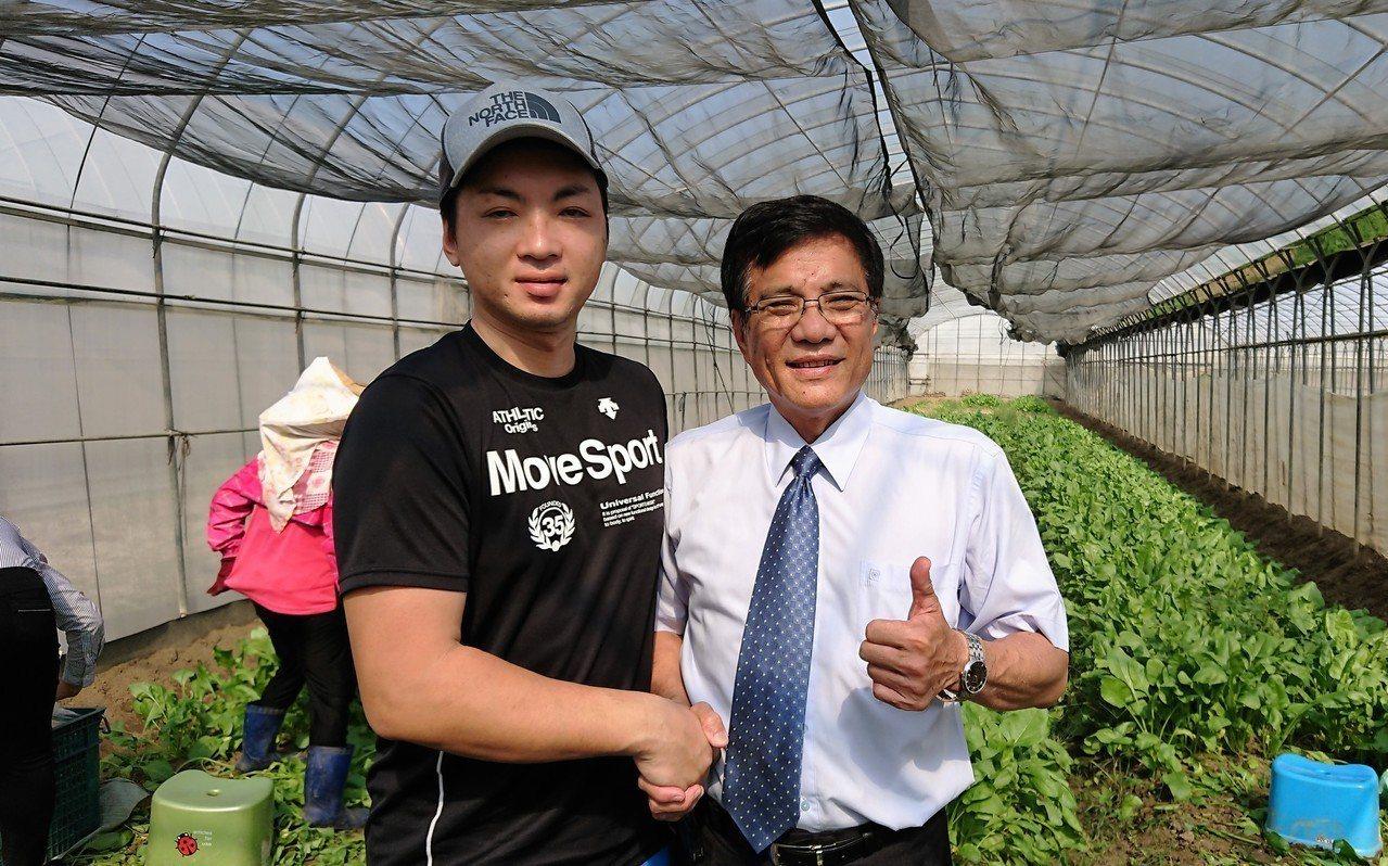 日籍青農筒井聖紀(左)稱讚太保農葉現代化,蔬菜水果都一級棒。記者卜敏正/攝影