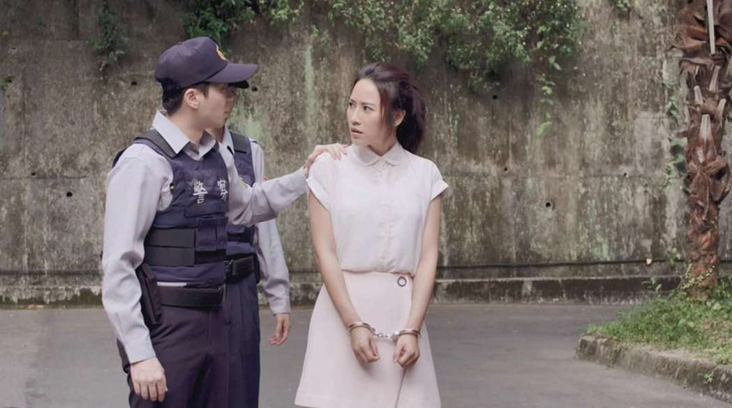 方宥心在「8號公園」中遭警察上銬。圖/公視提供