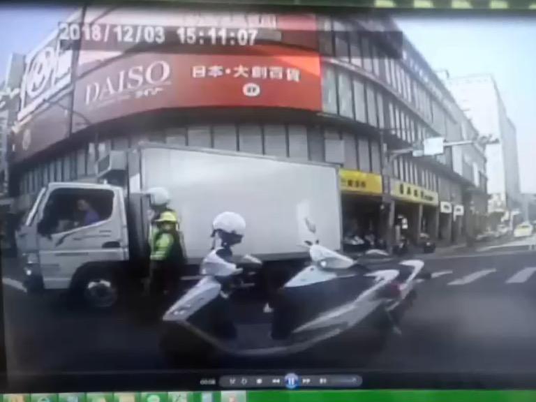 警方到場處理,將受傷的羅姓駕駛進行包紮送醫,並追緝行兇嫌犯。記者巫鴻瑋/翻攝