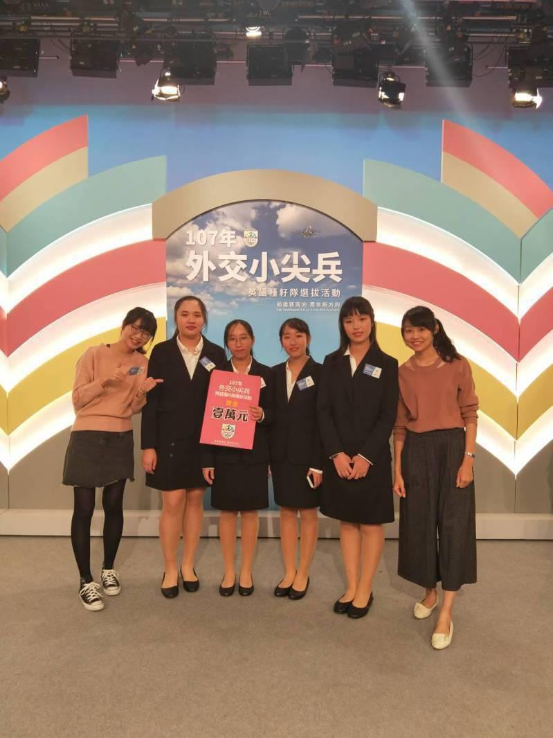 教育部及外交部舉辦的「外交小尖兵—英語種籽隊選拔活動」,台南市港明高中全國決賽獲優等。圖/學校提供