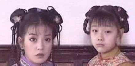 「小鴿子」胡雅斯當年和趙薇演出「還珠格格2」楚楚可憐模樣。圖/摘自微博