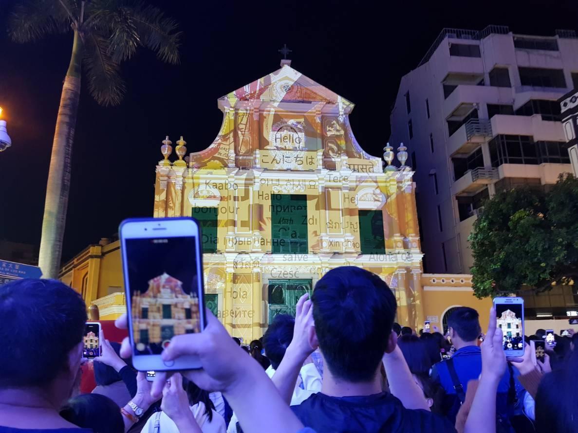 玫瑰堂的光雕表演,串連起澳門新舊文化的元素。記者陳睿中/攝影
