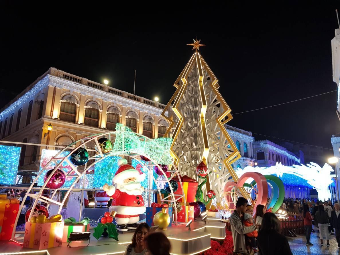 不僅光影節,聖誕節的燈光設施也讓夜晚更加美麗。記者陳睿中/攝影