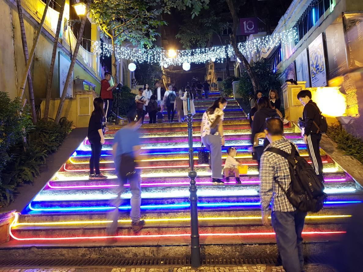 瘋堂斜巷上的燈光階梯,帶來絢麗的效果。記者陳睿中/攝影