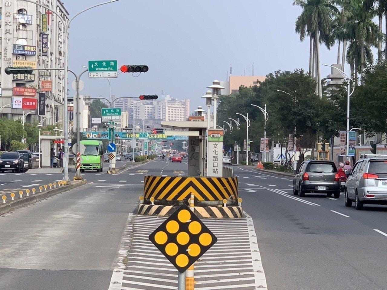 嘉義BRT(公車捷運系統)候車站台存廢再度成為嘉義市議會定期會質詢焦點,國民黨議...