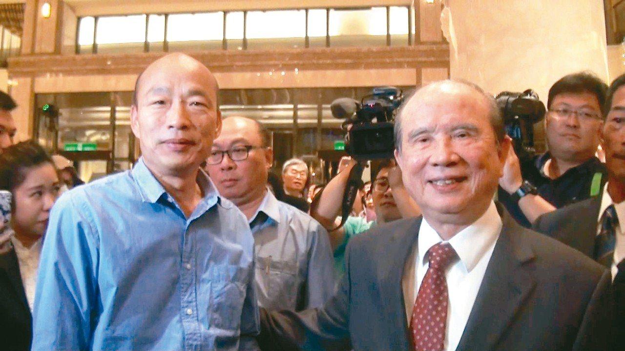 高雄市長當選人韓國瑜(左)接下當選證書後的第一個行程,是拜會義联集團創辦人林義守...