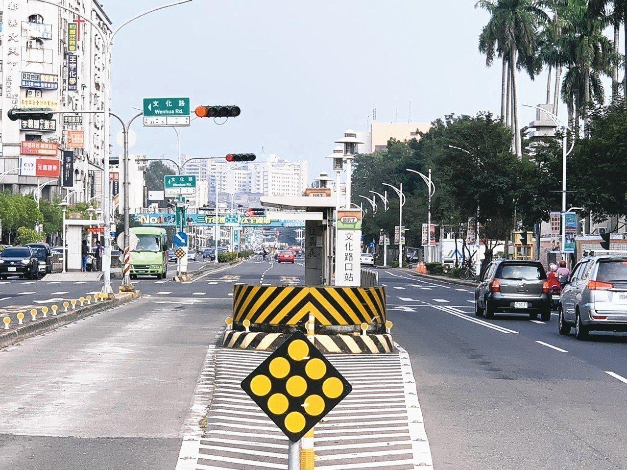 嘉義BRT(公車捷運系統)候車站台存廢,昨天成為嘉義市議會定期會質詢焦點。 記者...