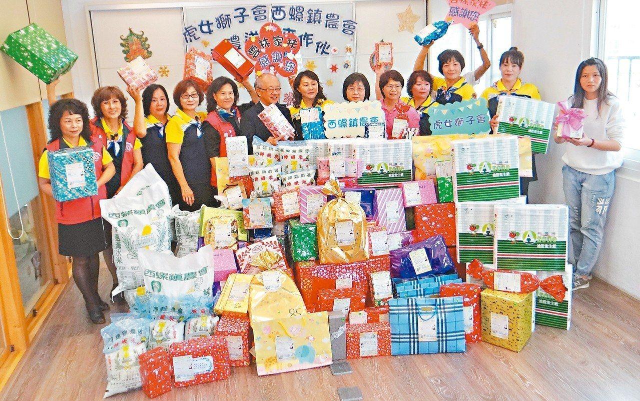 虎尾女獅子會、西螺農會捐贈大批物資及耶誕禮物給雲林家扶中心,傳遞社會溫情。 記者...
