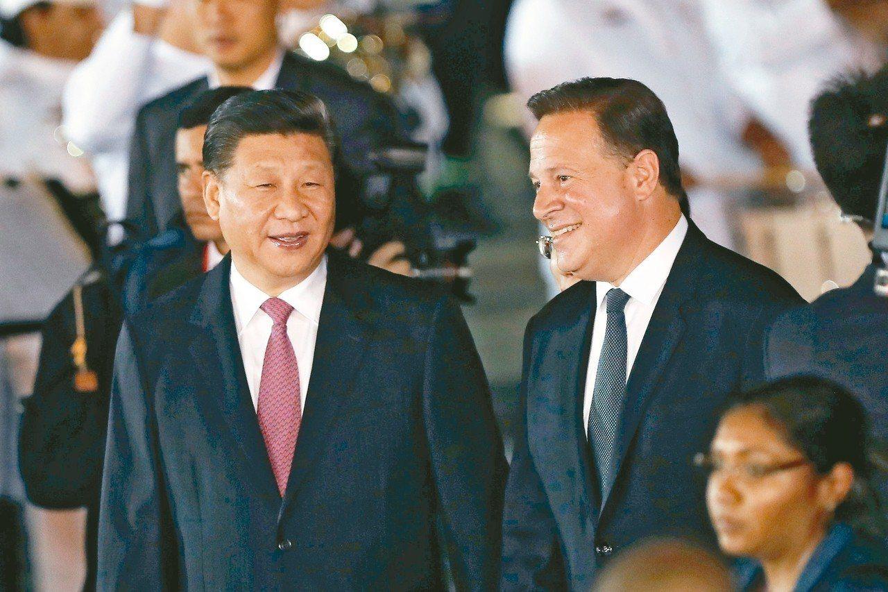 大陸國家主席習近平(左)二日晚間抵達巴拿馬進行國是訪問,巴拿馬總統瓦雷拉在機場歡...