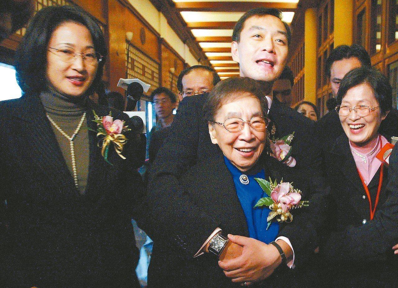 裕隆集團執行長嚴凱泰(後排中)昨天過世。圖為他在裕隆汽車五十周年慶生會的時候,從...