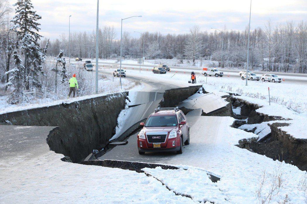 美國阿拉斯加州大地震,蘇爾欽斯基的汽車被硬生生卡在天坑中動彈不得。 (路透)