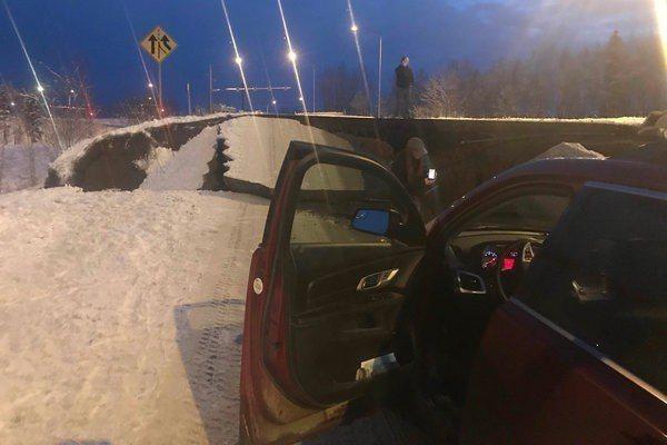 蘇爾欽斯基的車跟路面落差好幾公尺。 圖/取自紐約時報