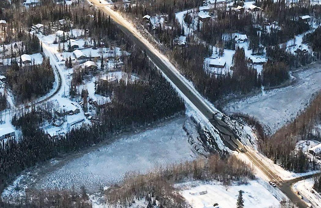 強震造成安克拉治周遭地區道路柔腸寸斷。 (法新社)
