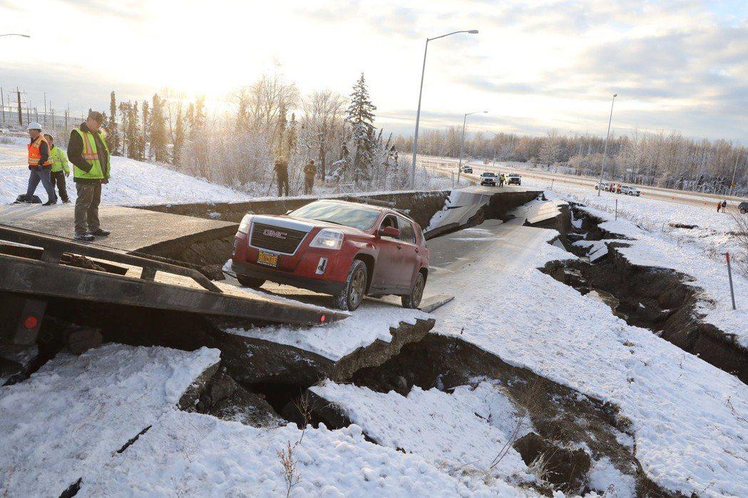 救援人員11月30日已將蘇爾欽斯基的車從坍塌的道路中拖出。 (路透)